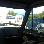Musikkollegor kör om på insidan i större buss